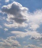 Blauer Himmel mit Wolken, Kumulus Hintergrund, Natur Stockfotografie