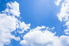 Blauer Himmel mit Wolken nave Stockbilder