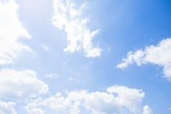 Blauer Himmel mit Wolken nave Lizenzfreies Stockfoto