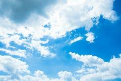 Blauer Himmel mit Wolken nave Lizenzfreie Stockfotos