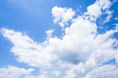 Blauer Himmel mit Wolken nave Stockfoto