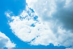 Blauer Himmel mit Wolken nave Stockbild