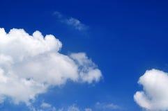 Blauer Himmel mit Wolken am schönen Tag Stockfotos