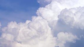 Blauer Himmel mit Wolken timelapse Weiße große Wolke auf blauem Himmel Eine große und flaumige Cumulonimbuswolke im blauen Himmel Stockfotos