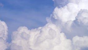 Blauer Himmel mit Wolken timelapse Weiße große Wolke auf blauem Himmel Eine große und flaumige Cumulonimbuswolke im blauen Himmel Stockfoto