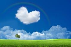 Blauer Himmel mit Wolken und einem Regenbogen Stockfotografie