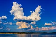 Blauer Himmel mit Wolken und Fluss Lizenzfreie Stockfotografie