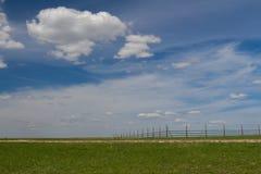 Blauer Himmel mit Wolken und grüner Wiese Lizenzfreies Stockbild