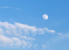 Blauer Himmel mit Wolken und Mond Stockfoto
