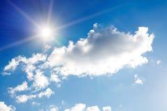 blauer Himmel mit Wolken und Sonne mit Strahlen des Lichtes Stockfotos