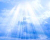Blauer Himmel mit Wolken und Sonne zum Hintergrund Stockfotografie