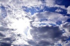 Blauer Himmel mit Wolken und Sonnenlicht Stockfotos
