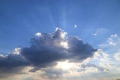 Blauer Himmel mit Wolken und Sonnenstrahlen Lizenzfreie Stockfotos