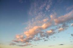 Blauer Himmel mit Wolken während des Sonnenuntergangs Stockfotos