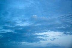 Blauer Himmel mit Wolken während des Sonnenuntergangs oder des Sonnenaufgangs 171015 0030 Stockfoto