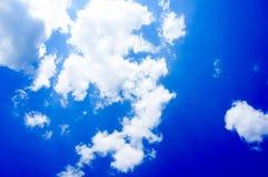 Blauer Himmel mit Wolkenhintergrund lizenzfreie stockbilder