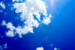 Blauer Himmel mit Wolkenhintergrund stockbilder
