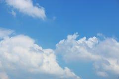 Blauer Himmel mit Wolkenhintergrund Stockfotos