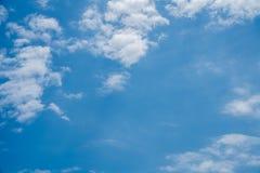 Blauer Himmel mit Wolkenhintergrund lizenzfreie stockfotos
