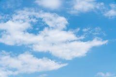 Blauer Himmel mit Wolkenhintergrund lizenzfreies stockfoto