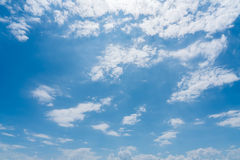 Blauer Himmel mit Wolkenhintergrund Lizenzfreie Stockfotografie