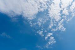 Blauer Himmel mit Wolkenhintergrund Stockfotografie