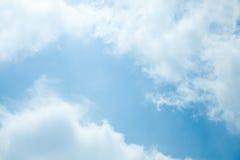 Blauer Himmel mit Wolkennahaufnahme Stockfoto