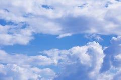 Blauer Himmel mit Wolkennahaufnahme Stockfotos