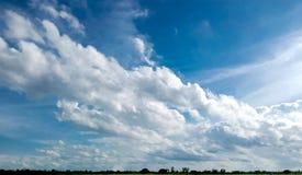 Blauer Himmel mit Wolkennahaufnahme stockfotografie