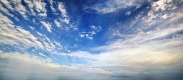 Blauer Himmel mit Wolkenpanorama Stockbild