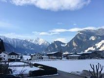 Blauer Himmel-roter roter Plastikzaun Metal Shadow Closeup Winter-Österreich-Schnee-Eis-weißer kalter Aufzug-Ski Snowboard Mounta stockbilder