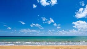 Blauer Himmel am Strand Stockfotografie