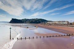 Blauer Himmel Teignmouth-Strand Devons und weiße Wolken stockbild