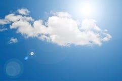 Blauer Himmel u. Wolke lizenzfreie stockfotos