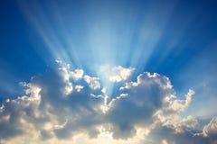 Blauer Himmel u. Wolken mit Sonnestrahlen Stockfotografie