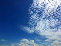 Blauer Himmel und abstrakter Hintergrund der Wolken Lizenzfreie Stockfotos