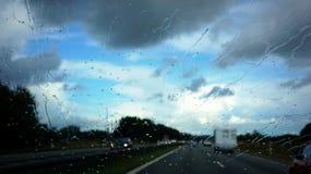 Blauer Himmel und Auto Stockfoto