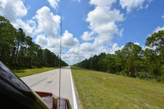 Blauer Himmel und Auto Lizenzfreies Stockfoto