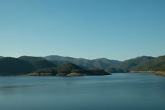 Blauer Himmel und Berg im Wasser Lizenzfreies Stockbild