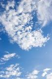 Blauer Himmel und cloundy Lizenzfreie Stockbilder