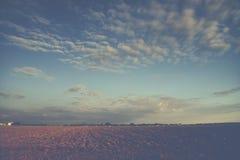 Blauer Himmel und cluds über Ackerland Lizenzfreie Stockbilder