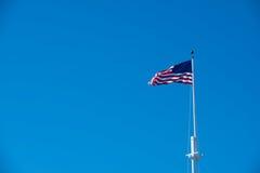Blauer Himmel und die amerikanische Flagge Lizenzfreie Stockbilder