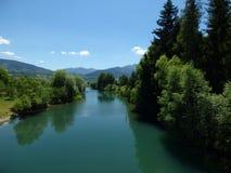 Blauer Himmel und ein ruhiger Gebirgsfluss, Stadt Plav, Montenegro lizenzfreie stockfotos