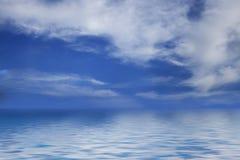 Blauer Himmel und flaumige Wolken über Horizont Stockfotos