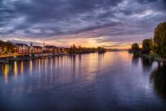 Blauer Himmel und blauer Fluss stockfotografie