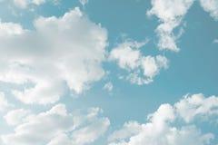 blauer Himmel und große Wolken als Hintergrund Stockbilder