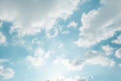 Blauer Himmel und großer Wolkenhintergrund Lizenzfreie Stockfotos