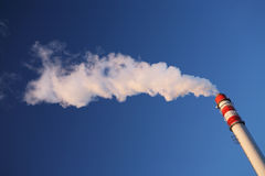 Blauer Himmel und Kamin Lizenzfreies Stockfoto