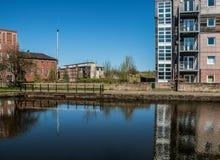 Blauer Himmel-und Kanal-Gebäude Stockbilder
