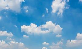 Blauer Himmel und kleine Wolken Stockbild